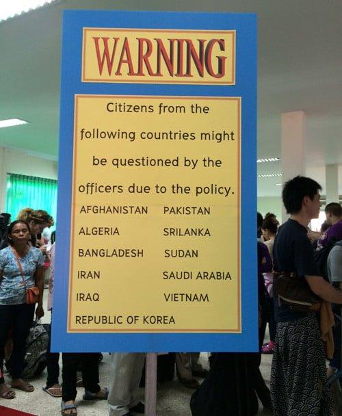 Biển báo đặt tại cửa khẩu yêu cầu khách nhập cảnh phải mang theo 20.000 Bath trong đó có Việt Nam