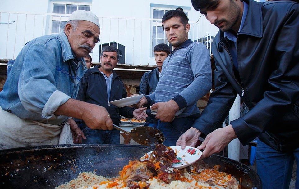 Các món ăn đậm chất Uzbekistan thường mang mùi vị của thịt nướng, súp, và plov (cơm rang hoặc cơm Biryani)