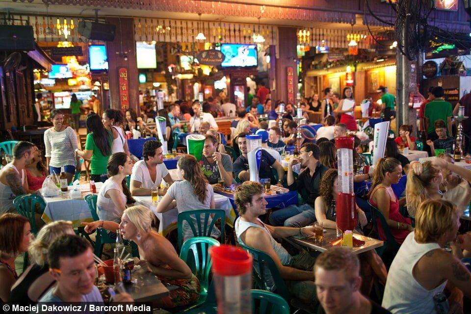 Khao San là phố Tây nên buổi tối ở đây vô cùng náo nhiệt, các bạn Tây cứ gọi là quẩy hết mình