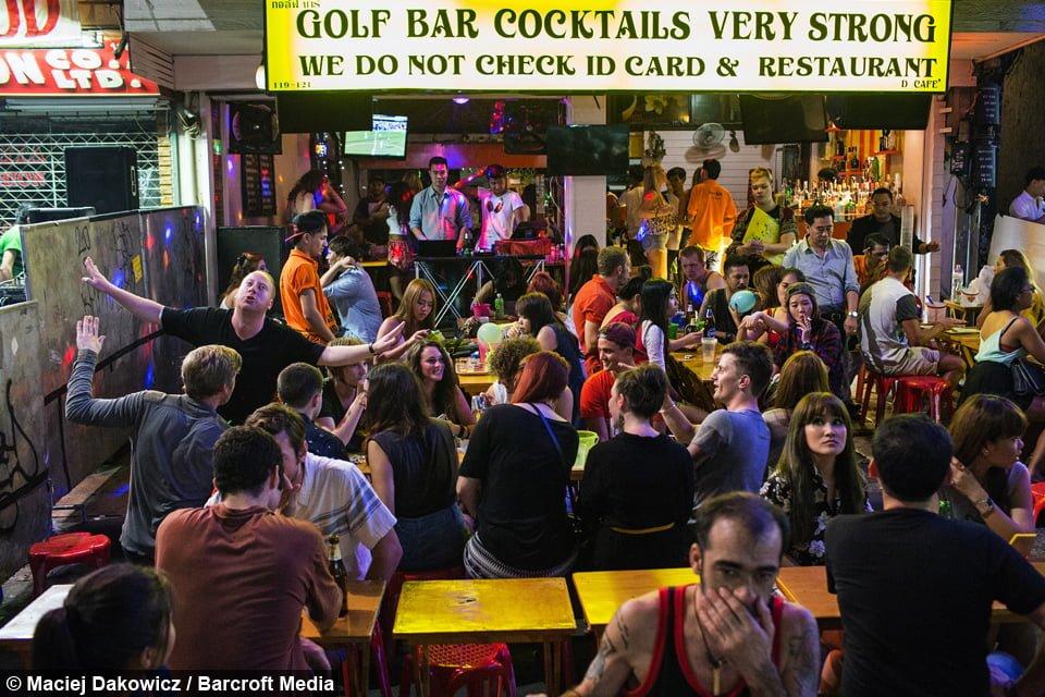 Một chiến thuật câu khách của 1 quán bar tại khu Khao San