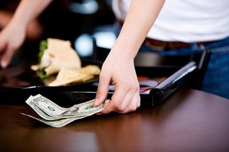 Đưa tiền bo sao cho đúng khi đi du lịch nước ngoài