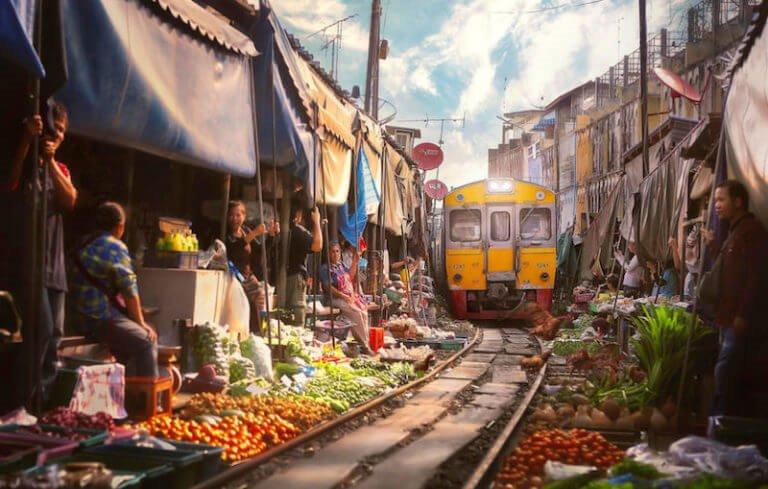 Chợ đường sắt Maeklong - Khu chợ cảm giác mạnh ở Thái Lan