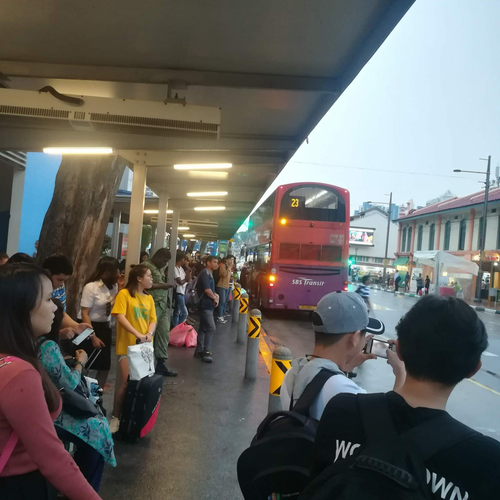 Nhóm đứng đợi xe Bus để đến khách sạ Mitraa Inn