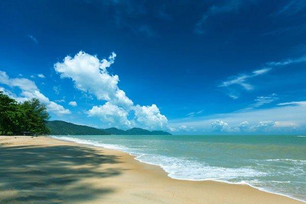 Bãi biển Batu Ferringhi trong xanh, bãi cát dài