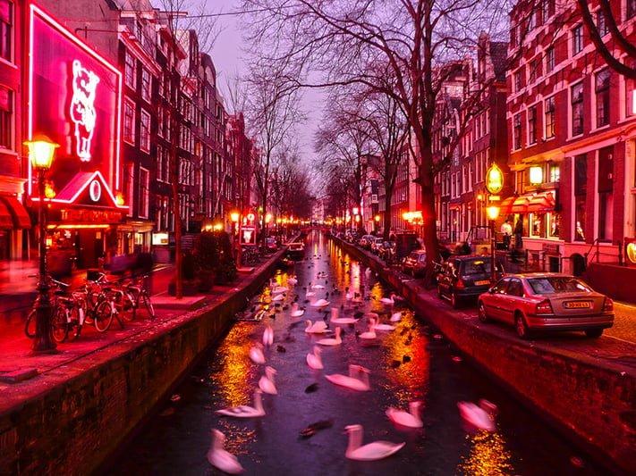 """Mặc dù là khu vực nhạy cảm, """"phố đèn đỏ"""" ở Amsterdam vẫn là một trong những đặc trưng hấp dẫn của 1 Hà Lan phóng khoáng"""