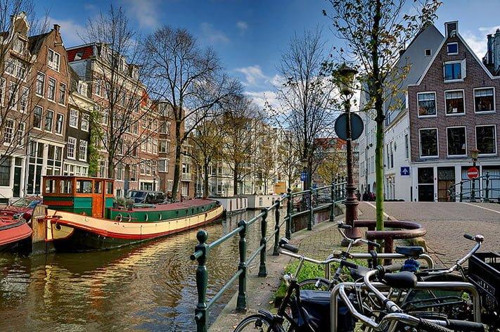 Raamgracht, một trong những con kênh yên bình thơ mộng và đẹp nhất với những ngôi nhà thơm ngát mùi hoa hồng ở thành phố Amsterdam