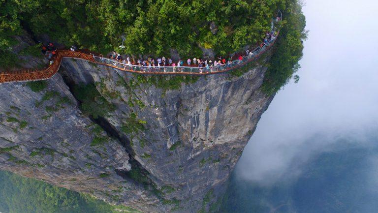 Skywalk – Con đường trong suốt men theo vách đá dựng đứng mang lại cảm giác kích thích, mạo hiểm và hồi hộp
