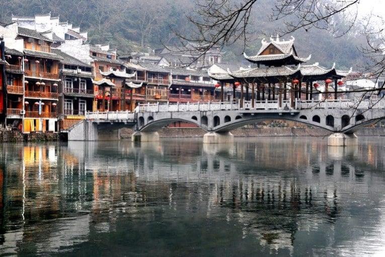 Lầu Phong Thúy Hồng Kiều nằm vắt ngang dòng Đà Giang, nối liền 2 bờ thị trấn đẹp đến say lòng