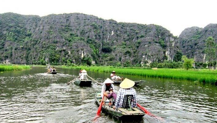 Ngồi thuyền dọc suối Yến ngắm cảnh (ảnh internet)