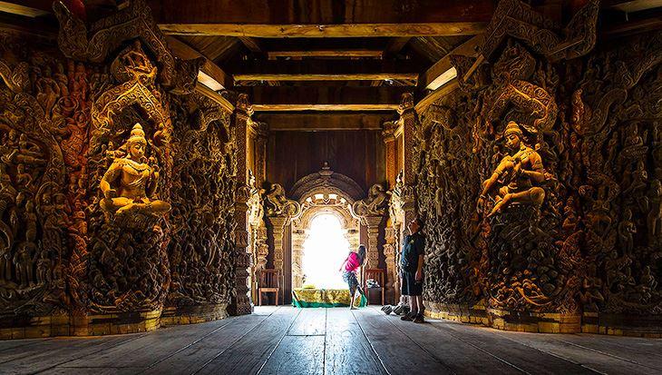Toàn bộ ngôi đền làm bằng gỗ không có đinh rất độc đáo (ảnh sưu tầm)