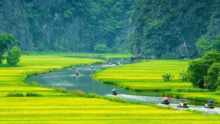 Đi thuyền ngắm cảnh non nước Ninh Bình (ảnh internet)
