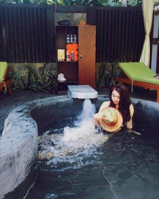 Tắm ngâm mình trong các bungalow ở núi Thần Tài (ảnh internet)