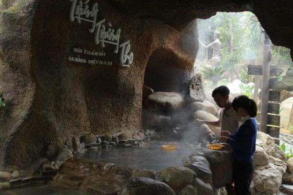 Thưởng thức trứng trường thọ ở núi Thần Tài (ảnh internet)