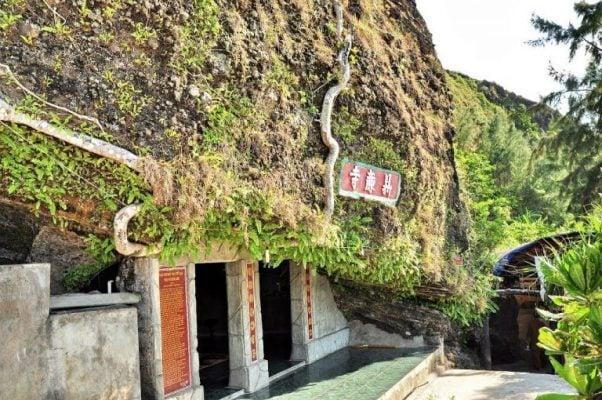 Chùa đục ở trên lưng chừng núi ở đảo Lý Sơn (ảnh sưu tầm)
