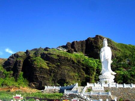 Chùa Hang trên đảo Lý Sơn ( ảnh sưu tầm )