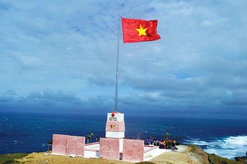cột cờ tổ quốc trên đỉnh Thới Lới (ảnh sưu tầm)