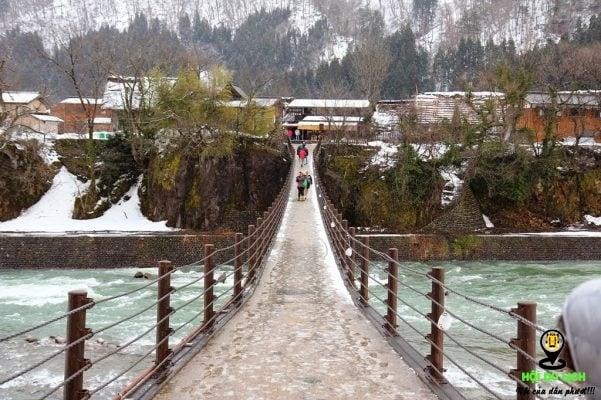 Cây cầu bước vào ngôi làng Shirakawago (ảnh st )