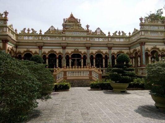 ngôi chùa Vĩnh Tràng rộng lớn bề thế, sang trọng (ảnh Thùy Dương)