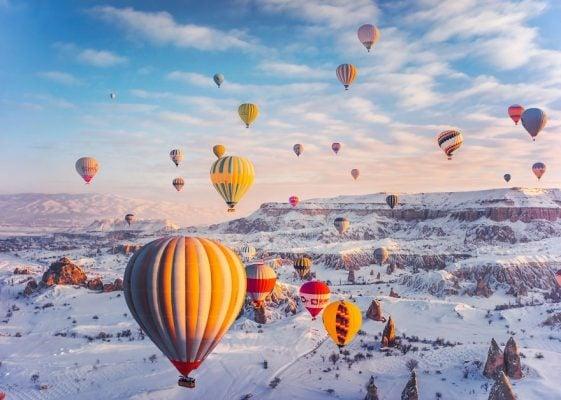 Cappadocia với hàng trăm khinh khí cầu cùng bay lên không trung mùa tuyết phủ