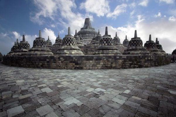 Tầng thứ ba với các bảo tháp Phật được xếp đồng tâm