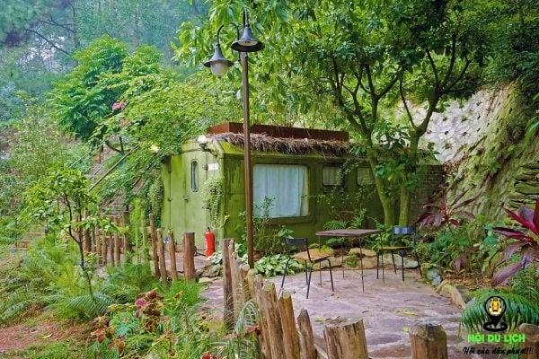 Khung cảnh bên ngoài nhà bên rừng u Lesa.