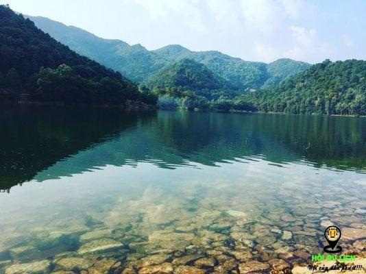 Nước hồ Hàm Lợn trong soi rõ cả đáy hồ.