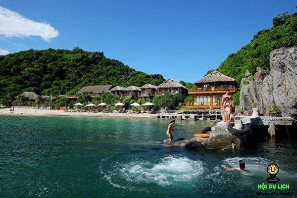 Tắm biển ở đảo khỉ - Cát Bà