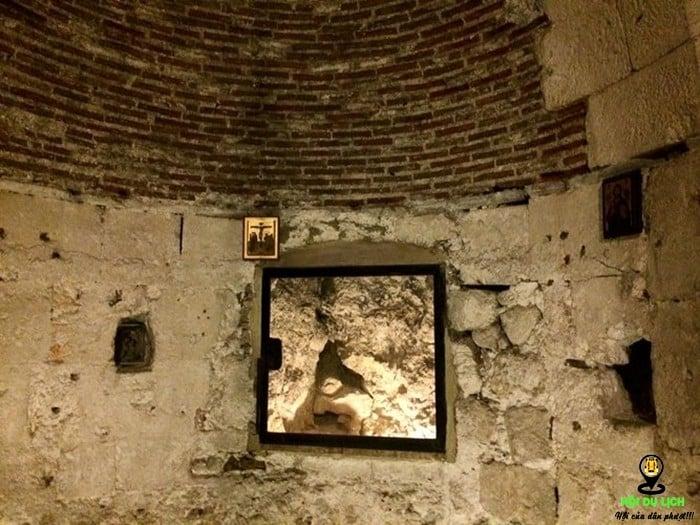 Hang đá - được cho là nơi cất giấu thi hài chúa Jesu