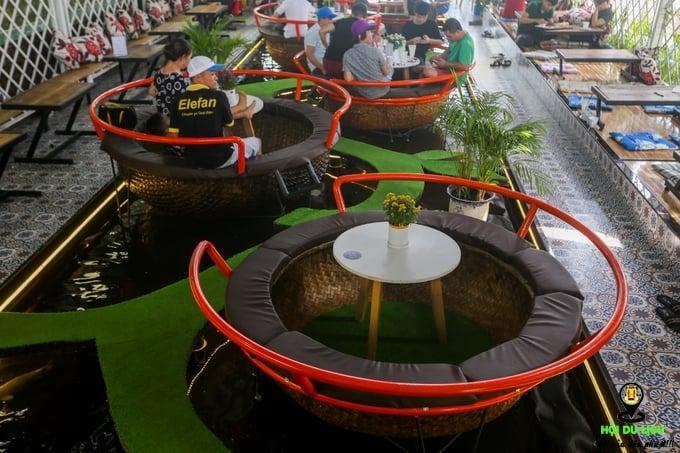 Quán cà phê cho khách ngồi trong thuyền thúng ở Sài Gòn