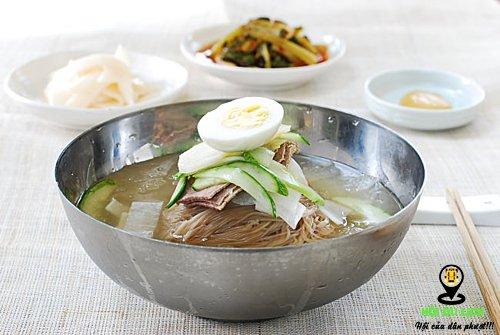 Mìlạnh Naengmyeonlà mónđược chế biến từ kiều mạch, khi dùng du khách sẽtrộn mì với tương ớt, ăn cùng với trứng luộc, thịt bò thái, dưa chuột. Ảnh: Korean Bapsang.