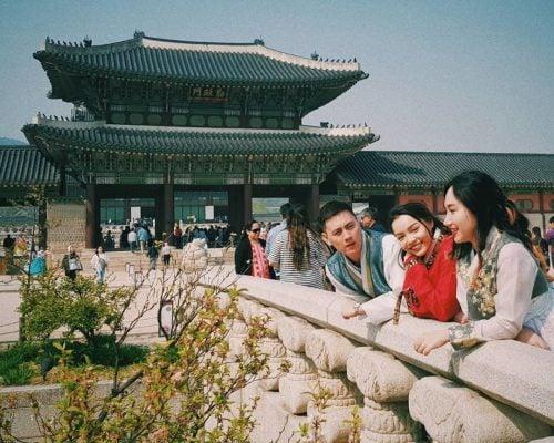 Chụp ảnh với Hanbok ở cung Gyeong Bok