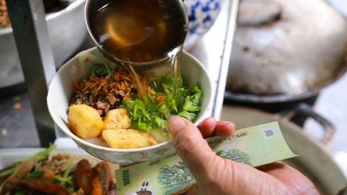 Bát bánh đúc nóng với đủ hương vị, từ thơm thơm của gạo, ngọt bùi của thịt, hành phi, rau thơm và mằn mặn của nước dùng