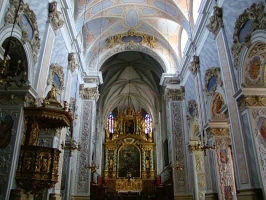 Những bức phù điêu trong tu viện được làm rất tinh xảo