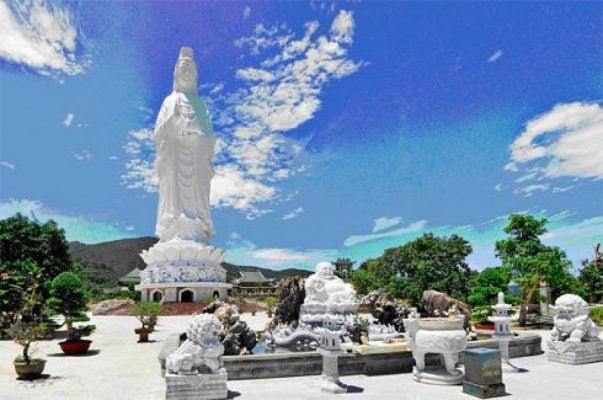 Chùa Linh Ứng nằm ở một ngọn đồi trên bán đảo Sơn Trà