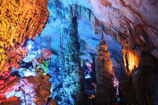 Hang động Reed Flute đẹp với ánh sáng lung linh (ảnh st)