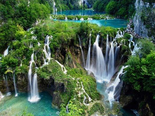 Những thác nước xen kẽ các tầng hồ xanh biếc