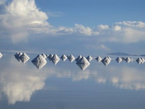 Thu hoạch muối trên Salar de Uyuni