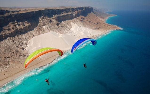 Bay dù lượn trên biển ở Socotra (ảnh P. Medicus/Getty)