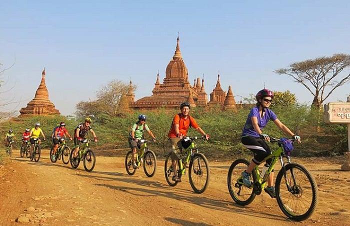 Du khách thăm quan Bagan bằng xe đạp