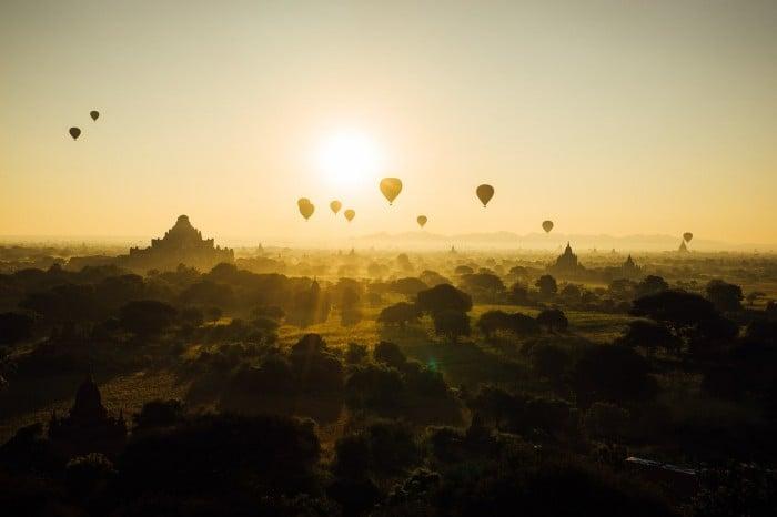 Những khinh khí cầu cùng bay lên theo ánh mặt trời