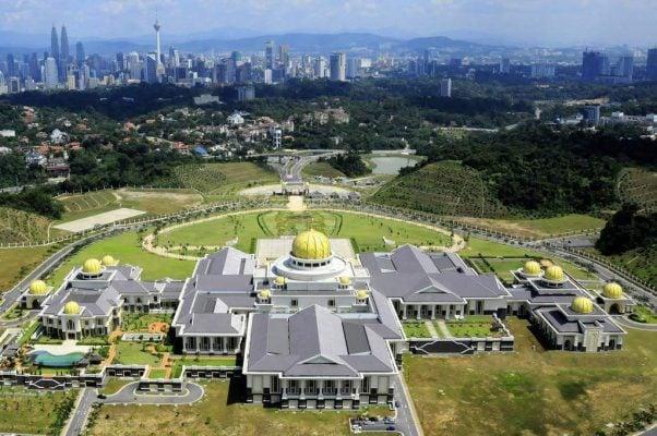 Istana Nurul Iman hoành tráng trên một ngọn đồi phủ đầy cây xanh