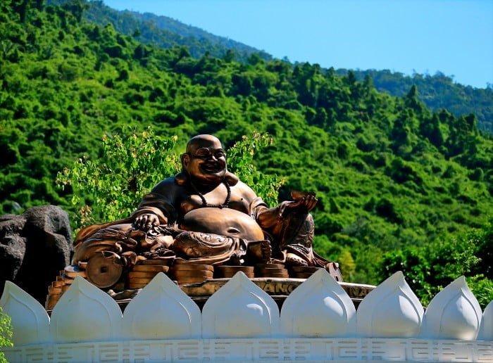 Tượng Phật Di Lặc cầu hạnh phúc, bình an.