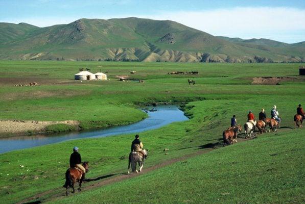 Cưỡi ngựa trên thảo nguyên bạt ngàn