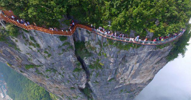 Cây cầu kính ở núi Thiên Môn (ảnh sưu tầm)