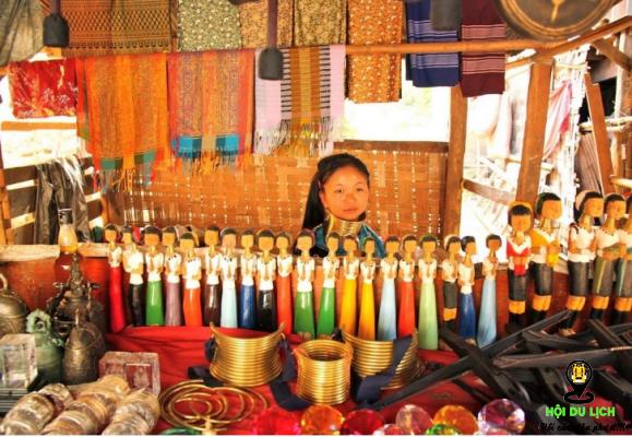 Mua các món đồ thủ công mĩ nghệ tại làng cổ dài- ảnh sưu tầm