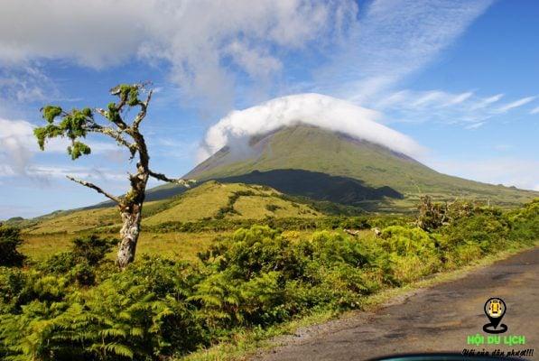 Trải nghiệm leo lên ngọn núi để ngắm bao quát toàn cảnh của đảo- ảnh sưu tầm