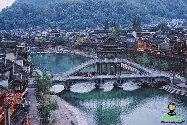 Kiến trúc độc đáo của cầu Hồng Kiều nổi bật trên sông Đà Giang