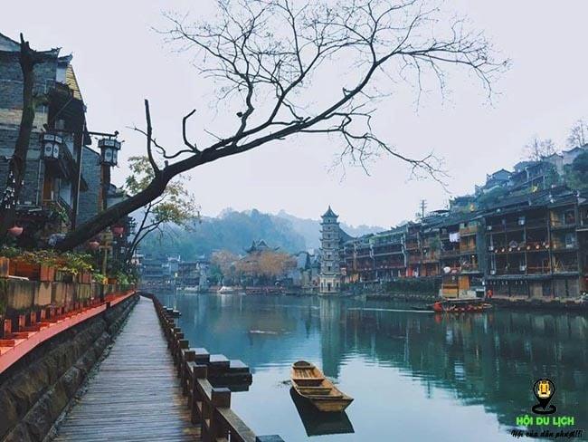 Dãy phố cổ in bóng dưới dòng sông Đà Giang xanh biếc