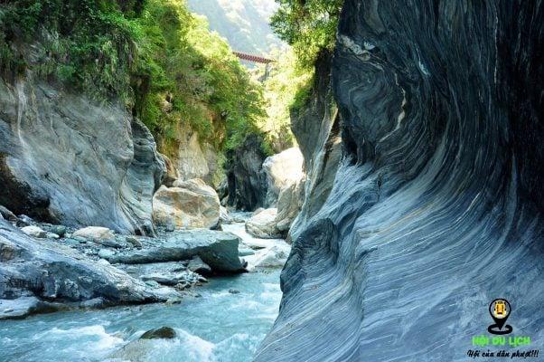 Các mỏm đá ở công viên được tạo thành bởi dòng chảy của sông Lập Vụ