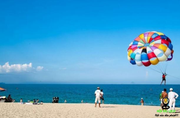 Trò chơi dù bay ở biển Nhật Lệ- ảnh sưu tầm